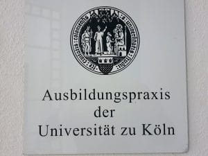 Schild: Ausbildungspraxis der Uni Köln
